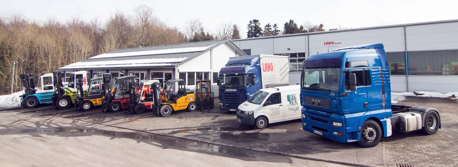 Großer Fuhrpark vor der Lagerhalle der Firma Lang GmbH bei Oberndorf am Neckar
