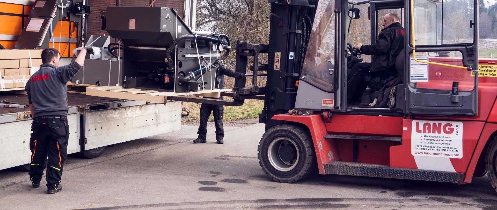 So funktioniert Maschinentransport: Eine große Machine wird auf den LKW verladen.
